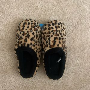 Size 6.5-7 NWT Cheetah isotoner slippers